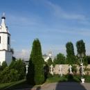 Монастырский некрополь и колокольня Алексеево-Владимирского собора.