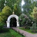 Весной цветёт сирень на территории Алексеево-Акатова женского монастыря.