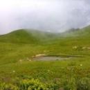 Небольшие озера с кристально-чистой водой на альпийских лугах Абхазии.