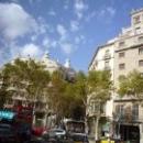 Вид из автобуса на дом Мила в Барселоне.