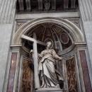 Статуя императрицы Елены с крестом господним в руках в Соборе Святого Петра. Ватикан.
