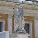 Статуя Святого Петра перед Собором Святого Петра на площади в Ватикане.