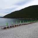 Пляж Жаница покрыт белой мелкой и крупной галькой.