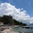 Пляж курорта Херцег-Нови рядом с Морской крепостью. Черногория.