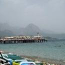 Пирсы оборудованы лежаками и зонтиками на пляжах Кемера.