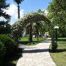 Парки курорта Будва в Черногории. Территория комплекса Slovenska plaza.