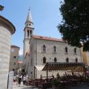 Главная площадь в Старом городе Будвы с собором Святого Иоанна Крестителя.