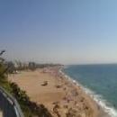 Центральный пляж курорта Калелья в Испании всегда многолюден.
