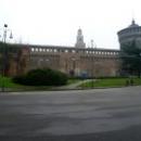 Кастелло Сфорцеско расположен на площади Пьяцца Кастелло.