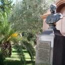 Памятник царю Николаю II у собора Архангела Михаила в Сочи.