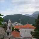 Вид с цитадели Будвы на церковь Святой Троицы.