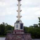 Чесменская колонна со скульптурой орла в центре Большого пруда в Екатерининском парке.