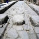 Пешеходный переход (каменная зебра) в г. Помпеи.