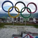 Олимпийские кольца у Горной Олимийской деревни.