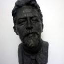 Бюст Антон Павловича Чехова в одной из комнат дачи.