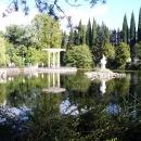 Беседка у пруда в нижнем парке Дендрария. Сочи.
