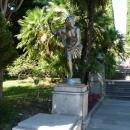 Сочи. Дендрарий. Скульптура Бегущий Римлянин.