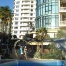 У отеля «Дельфин» в Сочи.