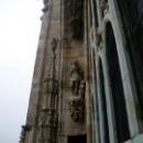 Собор Дуомо в Милане украшают статуи.