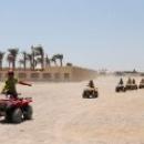 Катание на квадрациклах по пустыне в Египте.