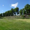 Вид от правого крыла казарм на ров с водой на территории форта номер 11 в Калининграде.