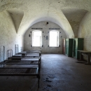 Комнаты для солдат в казарме на 1 этаже освещались дневным светом, обогревались камином.