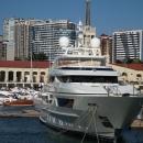 Яхты на фоне морского вокзала Сочи.