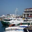 Торговый комплекс «Гранд Марина» на фоне яхтенного порта Сочи.