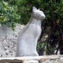 Скульптура кошки в Гурзуфе. Кошка смотрит на Черное море.