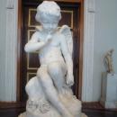 Скульптура «Амур» автора Этьен-Морис Фальконе (1757). Зал искусства Франции XVIII в. Зимний дворец. Государственный Эрмитаж, Санкт-Петербург.