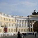 Здание Главного штаба и Триумфальная арка на Дворцовой площади в Санкт-Петербурге.