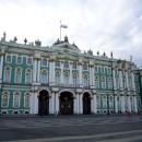 Главный южный фасад Зимнего дворца со стороны Дворцовой площади в Санкт-Петербурге.