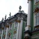 Зимний дворец построен в архитектурном стиле русского барокко эпохи Елизаветы Петровны. Скульптуры на фасаде.