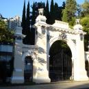Напротив входа в Пансионат Эдем – Южные ворота нижнего парка Дендрарий.