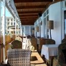 Столики кафе у бассейна пансионата Эдем в Сочи.