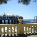Вид на клуб и пляж Платформа с набережной Сочи.