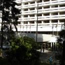 Вид из парка на гостиницу «Жемчужина» в Сочи.