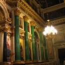 Стены Исаакиевского собора облицованы мрамором, малахитом, лазуритом.