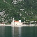 Рукотворный остров «Марии на Рифе» в Адриатическом море. Бухта Бока-Которска. Черногория.
