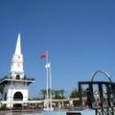 Центральная площадь города Кемер с Башней, фонтанами и памятником Ататюрку.