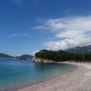 Песчано-галечный Королевский пляж в Милочере. Черногория.