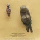 Женские статуэтки из бивня мамонта (20-22 тыс. лет) в музее-заповеднике «Костёнки».
