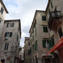 Улицы и дома старого города Котора в Черногории.