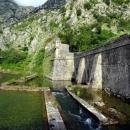 Старая электростанция у подножья горы Ловчен на реке Шкудра и бастион Рива в Которе.
