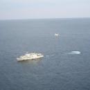 Вид со смотровой площадки Ласточкино гнездо на катера в Черном море.