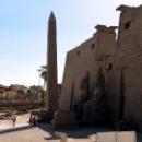 Гранитный обелиск перед Луксорским храмом.