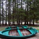 По Черному озеру можно покататься на арендованной лодке.