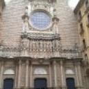 Двенадцать апостолов на фасаде собора Монтсеррат в Испании.