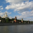 Вид на Московский кремль с прогулочного катера на Москве-реке.