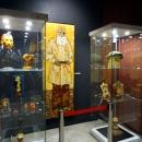 Картины, фигурки, вазы в музее янтаря в Калининграде.